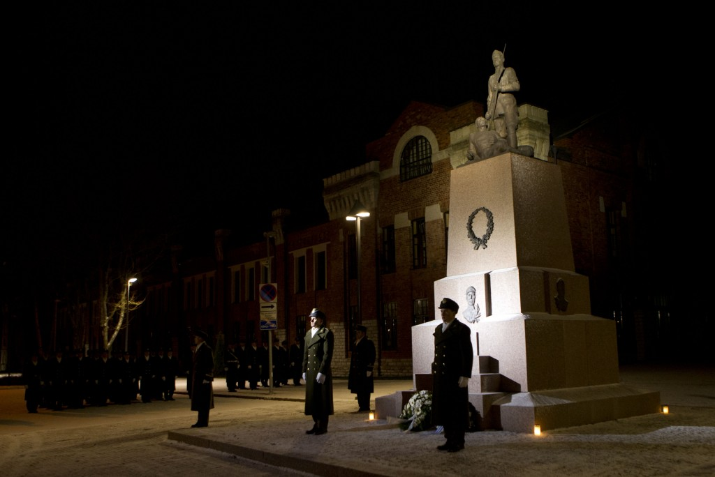 Sõjakooli kadetid Tondi kasarmute juures mälestusüritusel.