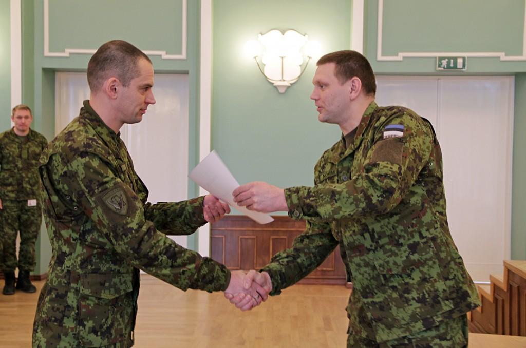 Lõpetajatel andis tunnistused kätte lahingukooli ülem major Madis Nõmme.