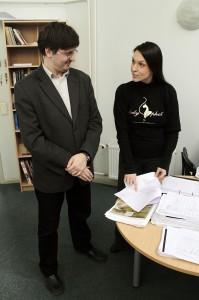 Konverentsi peakorraldaja Triinu Soomere (paremal) tutvustamas Kaitseväe keelekeskuse juhatajale Vladimir Sazonovile aprilli lõpus toimuva konverentsi üksikasju.
