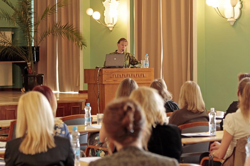 Pildil KVÜÕA täiendusõppe keskuse ülem kolonelleitnant Margot Künnapuu avamas keelekonverentsi.