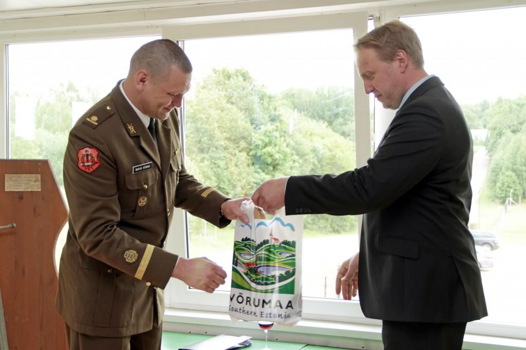 Võru linnapea Anti Allas õnnitlemas major Madis Nõmmet Lahingukooli 94. aastapäeva puhul.