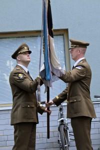 KVÜÕA ülem kolonel Martin Herem annab Kõrgema Sõjakooli lipu üle uuele ülemale major Tarmo Luhaäärele.