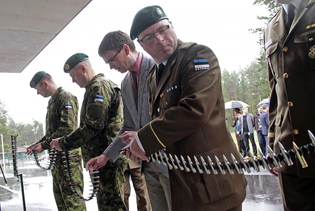 Kaitseminister Sven Mikser ja kaitseväe juhataja kindralmajor Riho Terras avasid täna Võrus Lahingukooli uue hoone.