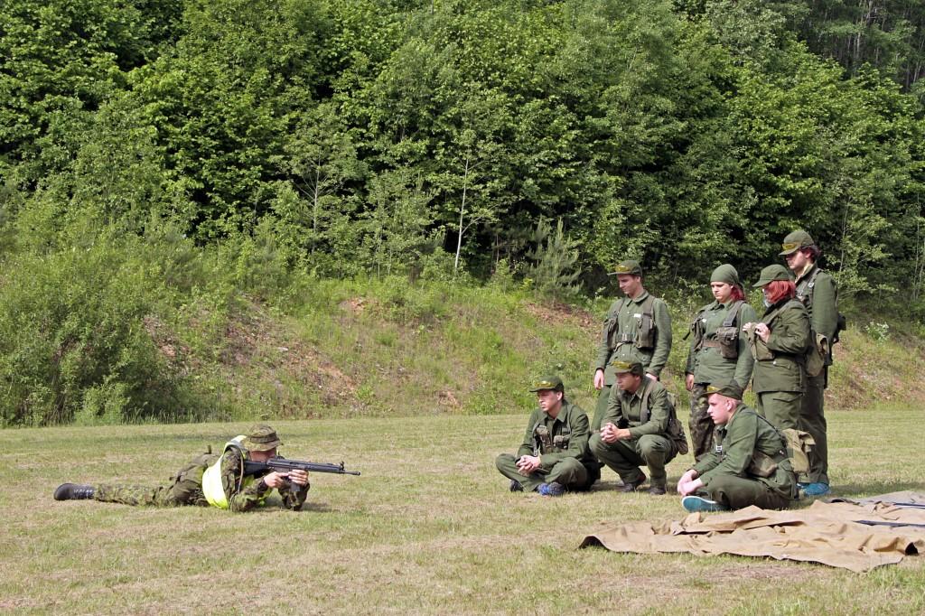 Kadett Jüri Bakhoff õpetamas õpilastele AK-4 sihtimist.
