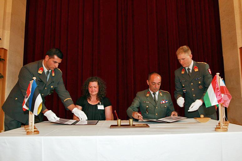 KVÜÕA õppekavade arendamise nõunik Nele Rand (vasakult teine) allkirjastamas Erasmus+ koostöölepingut.