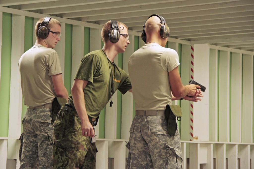 Ameerika Ühendriikide kadetid harjutamas laskmist relvast USP. Pildil juhendab kadett Kaido Jõgi ühendriikide kursuslast.