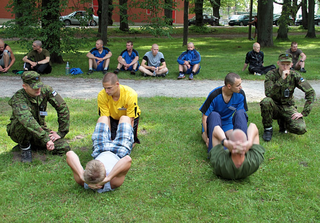 Sõjakooli sisseastumiskatsetel testitakse nii füüsilist kui ka vaimset poolt. Antud pildil sooritavad kandidaadid kaitseväe üldfüüsilist testi.