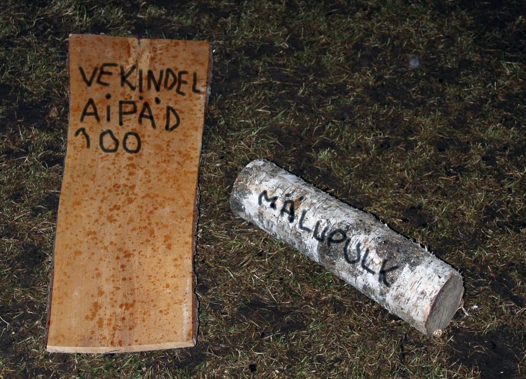 Üleelamiskursuslaste käepärastest vahenditest tehtud tahvelarvuti ja mälupulk. Foto: kpt Kristjan Kostabi