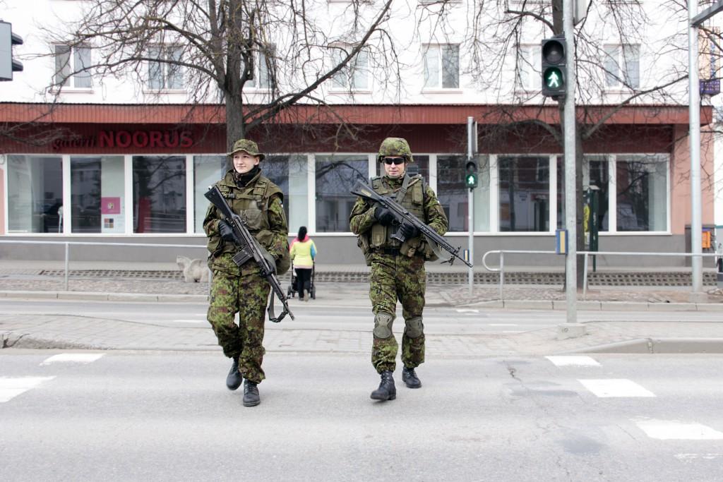 Kadetid kannavad patrullvõistlusel välivormi riigi ja üksuse eraldusmärkidega ning lahingrelvi.