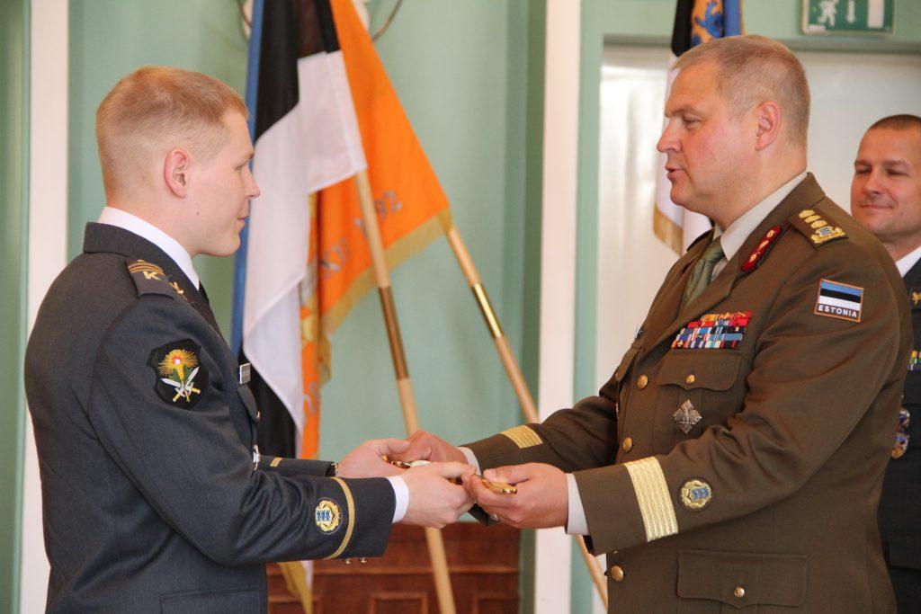 Ohvitseri mõõga üleandmine õhuväe põhikursuse parimale lõpetajale nooremleitnant Jevgeni Družkovile. Foto: Annett Kreitsman