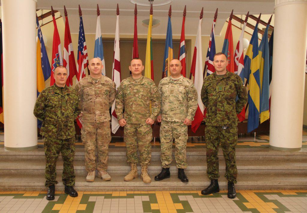 Fotol Kõrgema Sõjakooli veebel vanemveebel Ott Sepp ja kaitseväe veebel ülemveebel Siim Saliste koos Gruusia delegatsiooniga Foto: Annett Kreitsman
